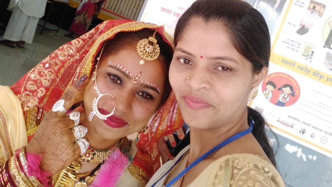 A bride arrived at a polling station in Dongargaon, Chhattisgarh to cast her votes in the second phase of Lok Sabha polls. (Image: Twitter/@CEOChhattisgarh)