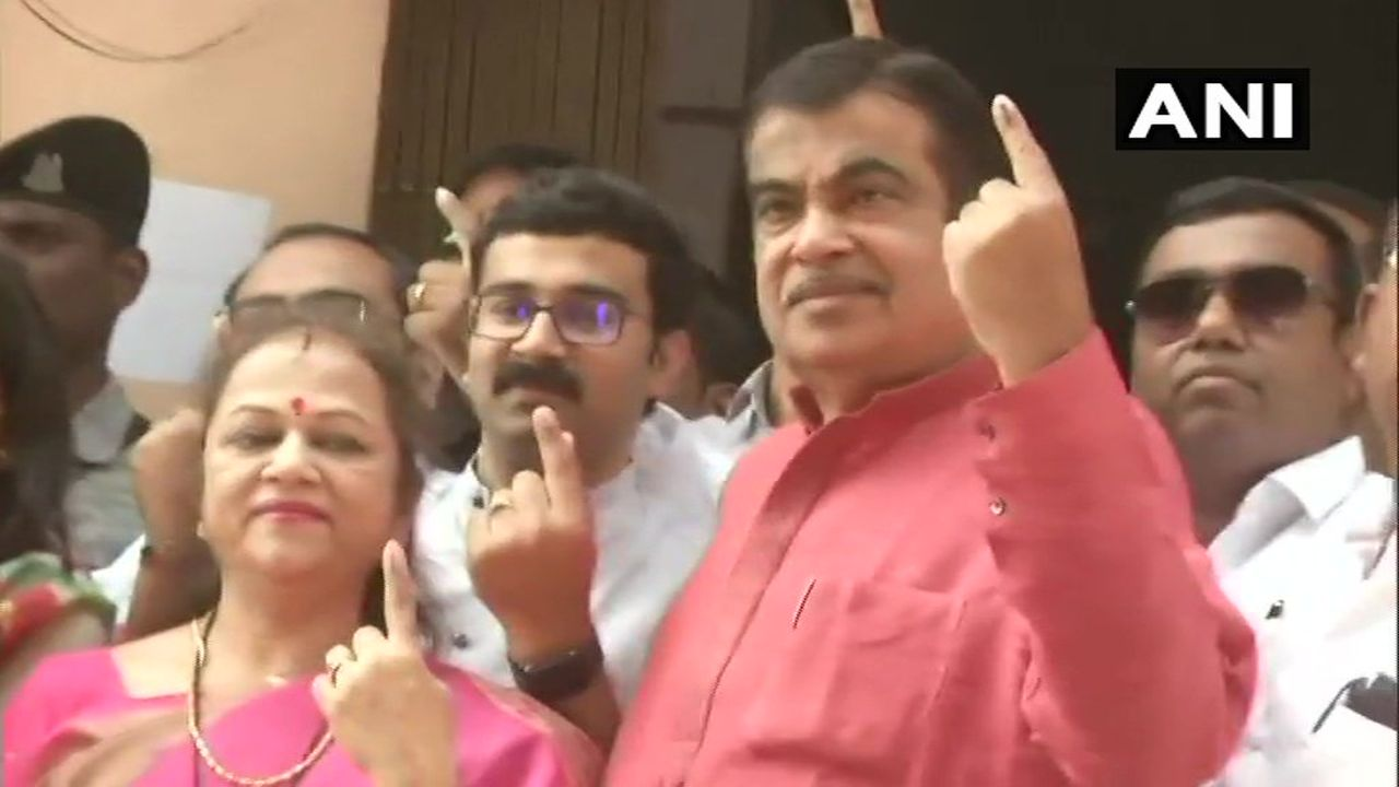Union Minister Nitin Gadkari cast his vote at polling booth number 220 in Nagpur parliamentary constituency. (Image: Twitter/@ANI)
