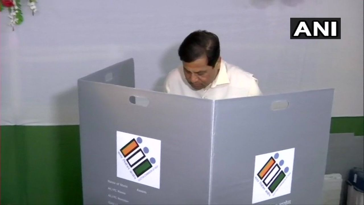 Assam Chief Minister Sarbananda Sonowal cast his vote at a polling station in Dibrugarh. (Image: Twitter/@ANI)