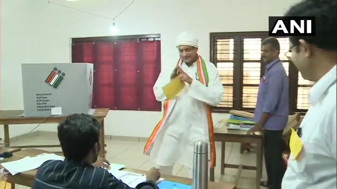 Senior Congress leader and Thiruvananthapuram candidate Shashi Tharoor cast his vote at a polling booth in the city. He is up against BJP's Kummanam Rajasekaran and Left Democratic Front (LDF)'s C Divakaran. (Image: Twitter/@ANI)