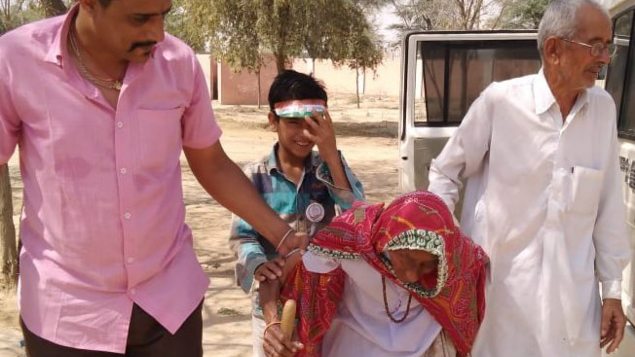 A 109-year-old voter casts her vote at a booth in Nohar, Rajasthan. (Image: PIB Rajasthan/Twitter)