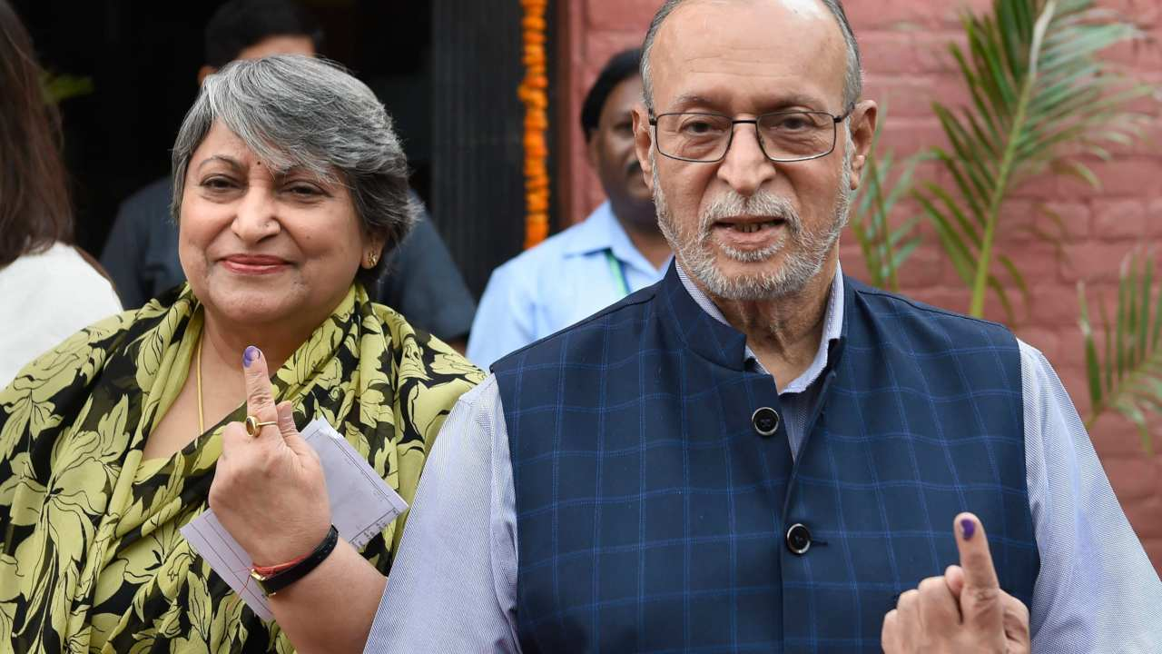 Delhi Lieutenant Governor Anil Baijal and his wife show their finger marked with indelible ink after casting vote at Greater Kailash in New Delhi. (Image: PTI)