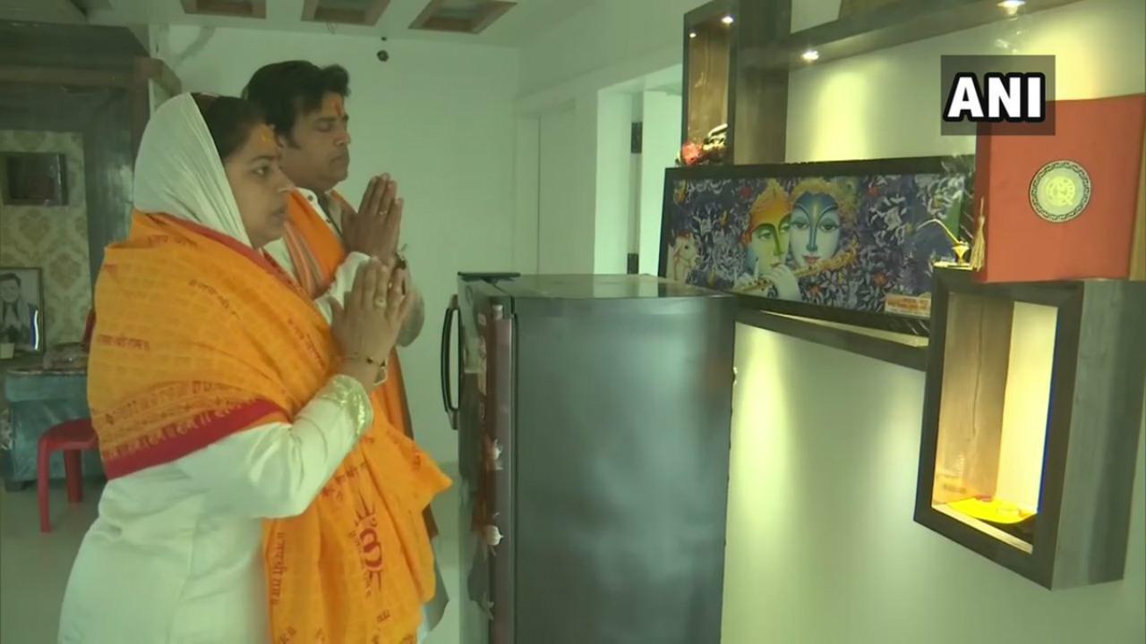 Actor Ravi Kishan, the BJP candidate for the Gorakhpur Lok Sabha seat, offers prayers. (Image: ANI)