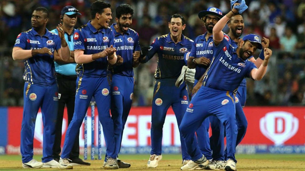 The Mumbai spin duo of Krunal Pandya and Rahul Chahar choked Hyderabad in the middle overs. Krunal trapped Williamson LBW in the 8th over and got Vijay Shankar caught out in the 14th over to reduce SRH to 98/4. (Image: BCCI, iplt20.com)