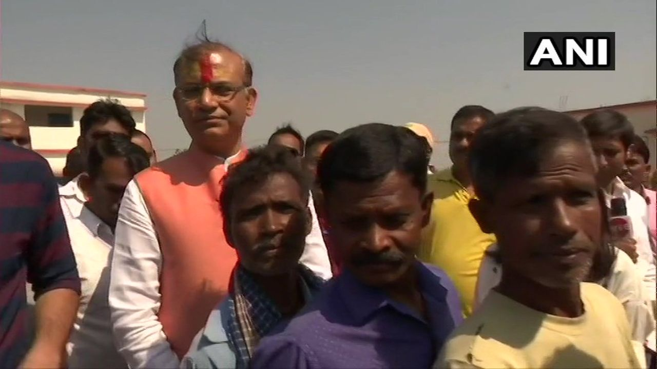 Union Minister and BJP candidate from Jharkhand's Hazaribagh, Jayant Sinha cast his vote. He is contesting against Congress' Gopal Sahu and CPI's Bhubneshwar Prasad Mehta from the constituency. (Image: ANI)