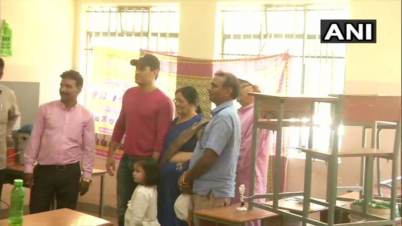 Mahendra Singh Dhoni cast his vote at a polling booth in Jawahar Vidya Mandir in Ranchi, Jharkhand. (Image: ANI)