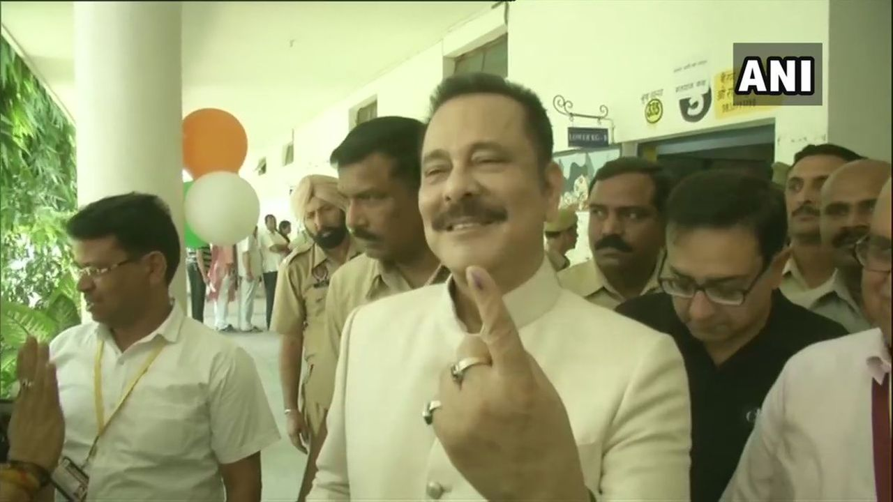 Sahara chief Subrata Roy cast his vote at a polling booth in Lucknow. (Image: ANI)