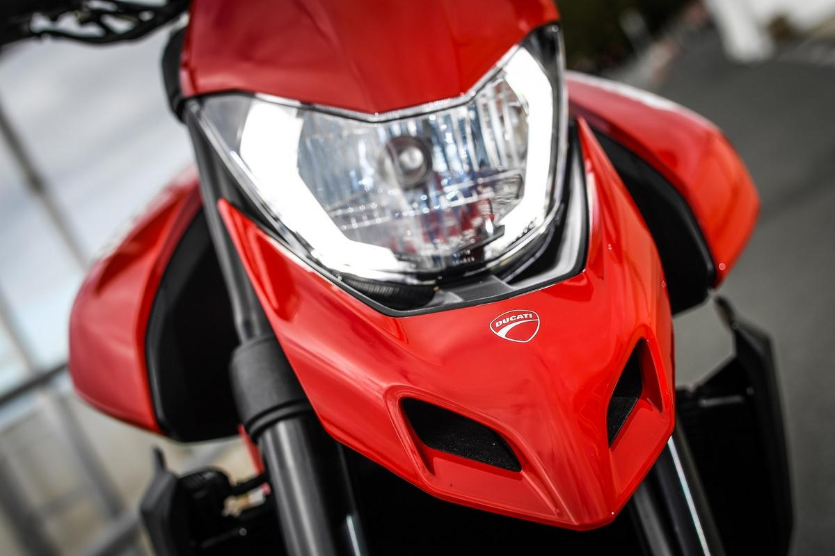 Ducati has carried forward the trademark Hypermotard beak, surmounted by compact headlight with a Daytime Running Light. (Image Courtesy: Ducati)