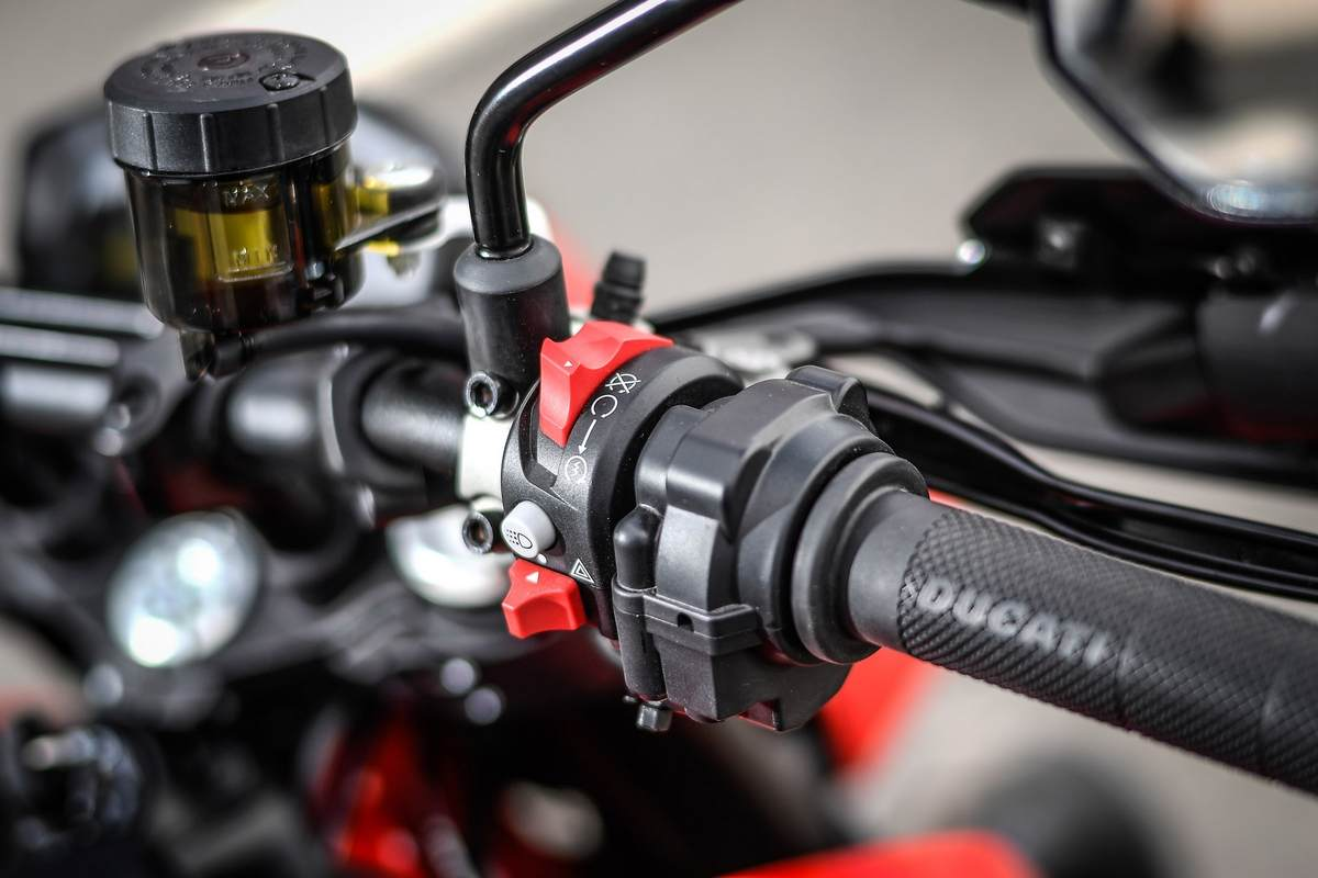 The handlebar mounts radial pumps with separate front brake and clutch fluid reservoirs. It also gets a hydraulic clutch in place of a cable-operated unit. (Image Courtesy: Ducati)