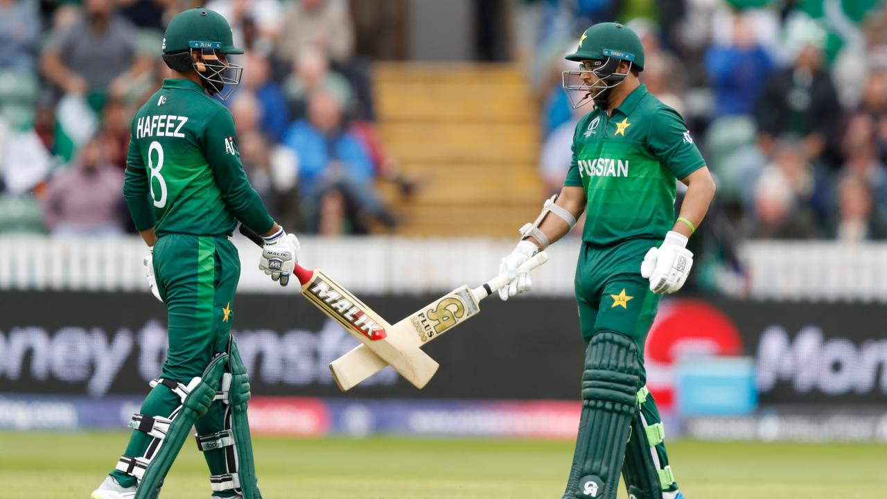 Imam-ul-Haq and Mohammed Hafeez joined hands to forge an 80-run stand for the third wicket. However, Imam's wicket triggered a collapse which saw Pakistan lose three wickets in 14 balls that allowed Australia to regain control. (Image: AP)