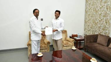 Jagan, KCR bonhomie giving a leg-up to resolving sticky issues between Andhra, Telangana?