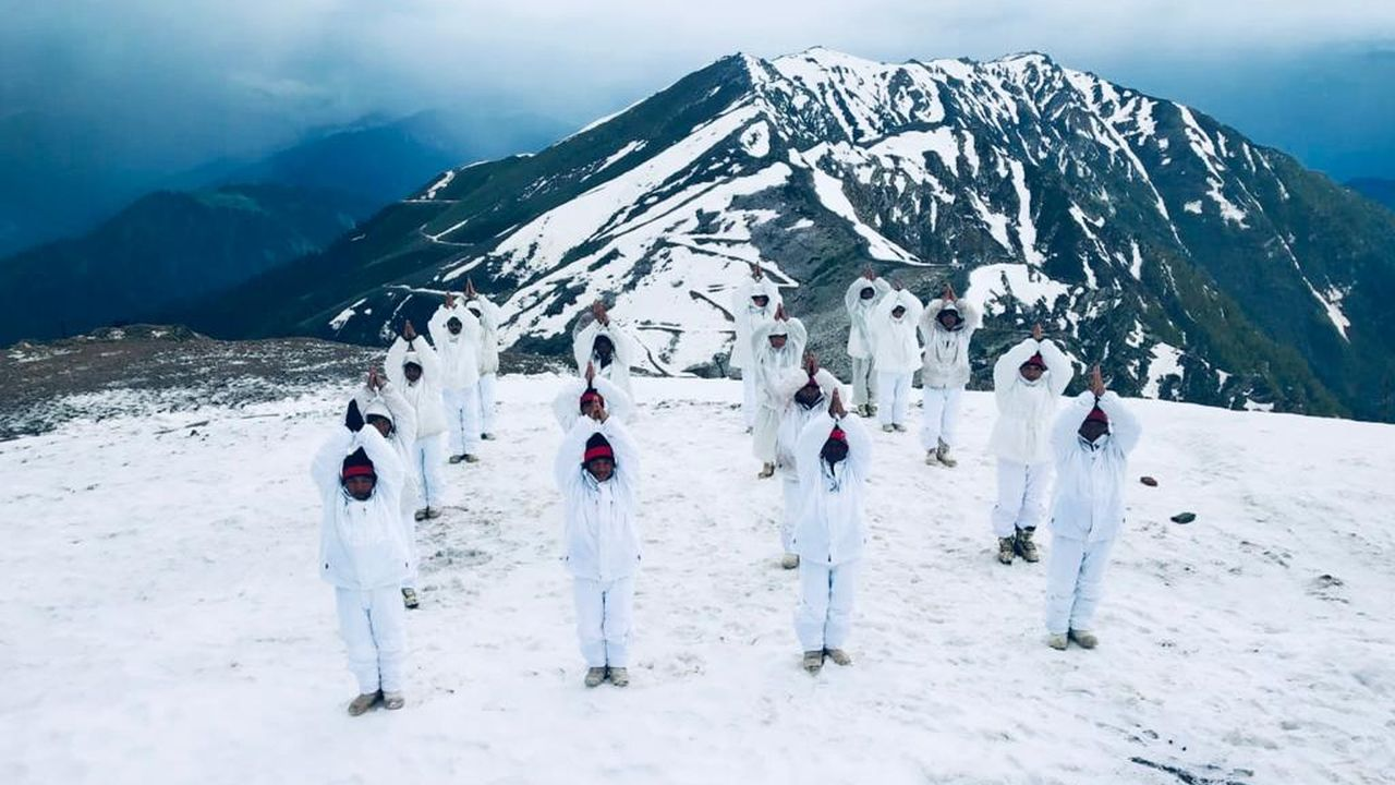 Soldiers of the Indian Army practise Yoga on the icy heights of Himalayan ranges during the fifth International Day of Yoga. (Image: Twitter/@adgpi)
