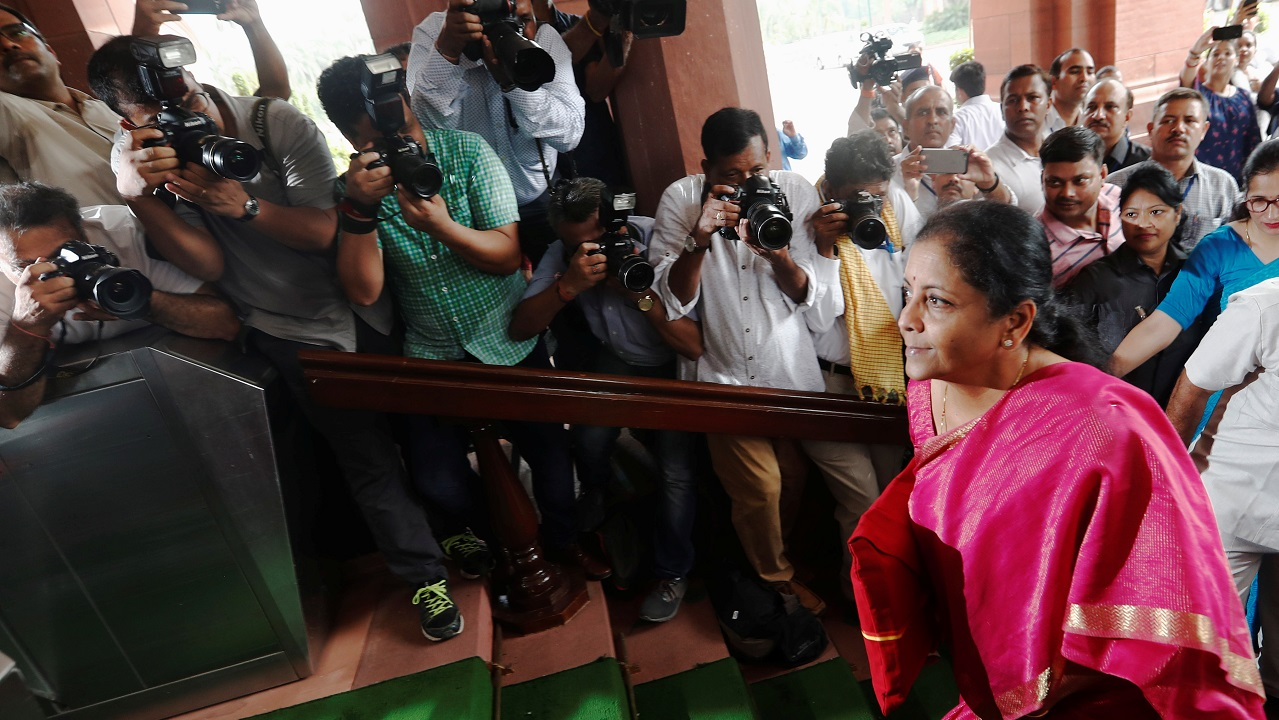 India's Finance Minister Nirmala Sitharaman arrives to present the 2019 budget in Parliament, New Delhi, India July 5, 2019. REUTERS/Adnan Abidi - RC11D7AF71F0