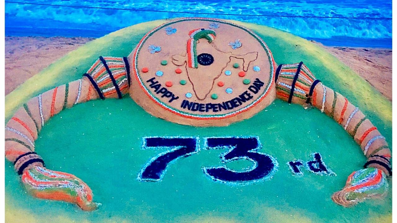 Art dedicated to Independence Day by award-winning sand artist Sudarsan Pattnaik. (Image: Twitter/@sudarsansand)