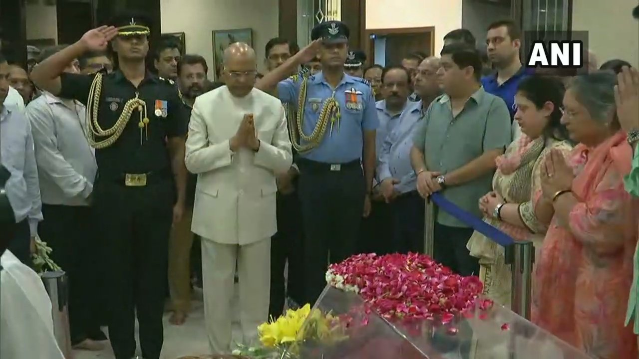 President Ram Nath Kovind pays his respects to former finance minister Arun Jaitley (Image: ANI)