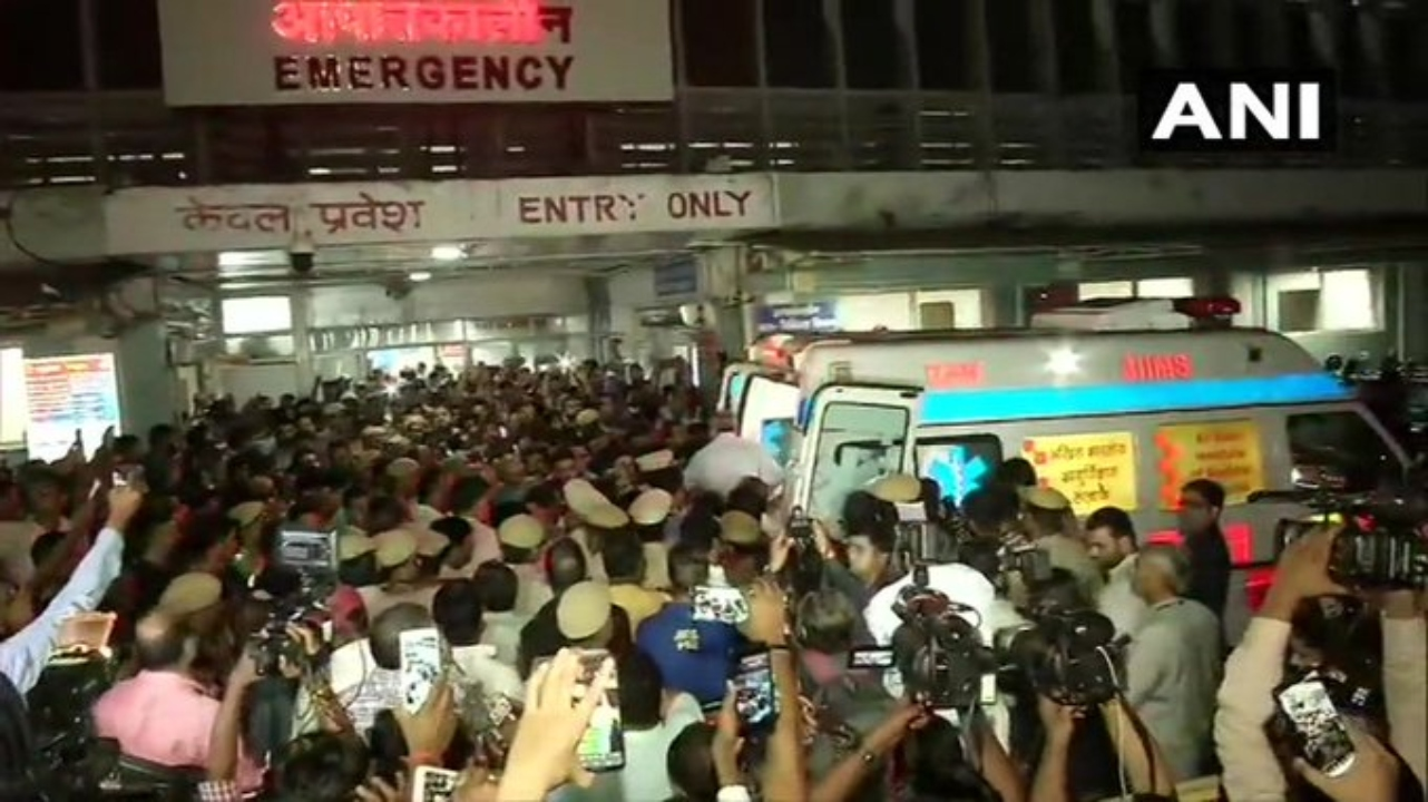 Media and security gather as the mortal remains of Sushma Swaraj are taken from All India Institutes of Medical Sciences (AIIMS) to her Delhi residence, where they will be kept tonight. (Image: ANI)