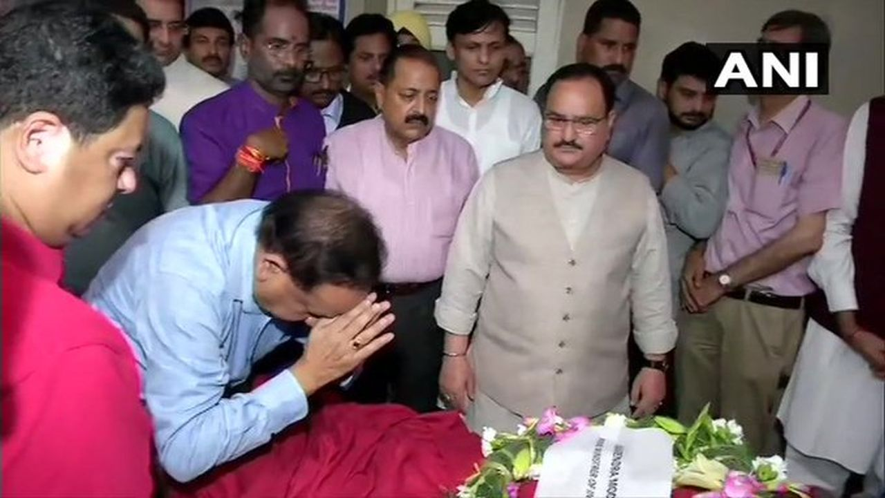 Union Health Minister Harsh Vardhan lays a wreath on mortal remains of former finance minister Arun Jaitley, who passes away on August 24. (Image: ANI)
