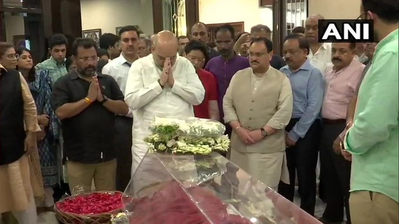 BJP president and Union Home Minister Amit Shah pays tribute to former finance minister Arun Jaitley at his residence at Kailash Colony. (Image: ANI)
