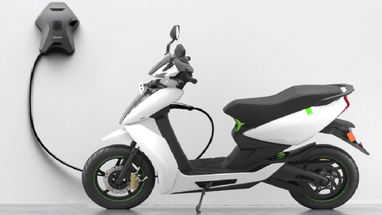 Undoubtedly one of the most feature-packed scooters in the market as of now, the Ather 450 is a 7 bhp, 20.5 Nm making e-scooter with a 2.4 kWh battery pack. It can accelerate from 0-40 km/h in 3.9 seconds and gets an estimated range of 75 km on a full charge. The Ather 450 features a large touchscreen display, which can be used to access the data of the scooter. (Image source: Ather)