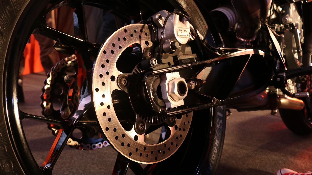 Braking comes via 2 radially mounted calipers on 300 mm disc up front while a 240 mm disc handles the rear. Suspension comes via 43 mm upside down forks up front and a gas charged monoshock at the rear. (Image source: Moneycontrol)