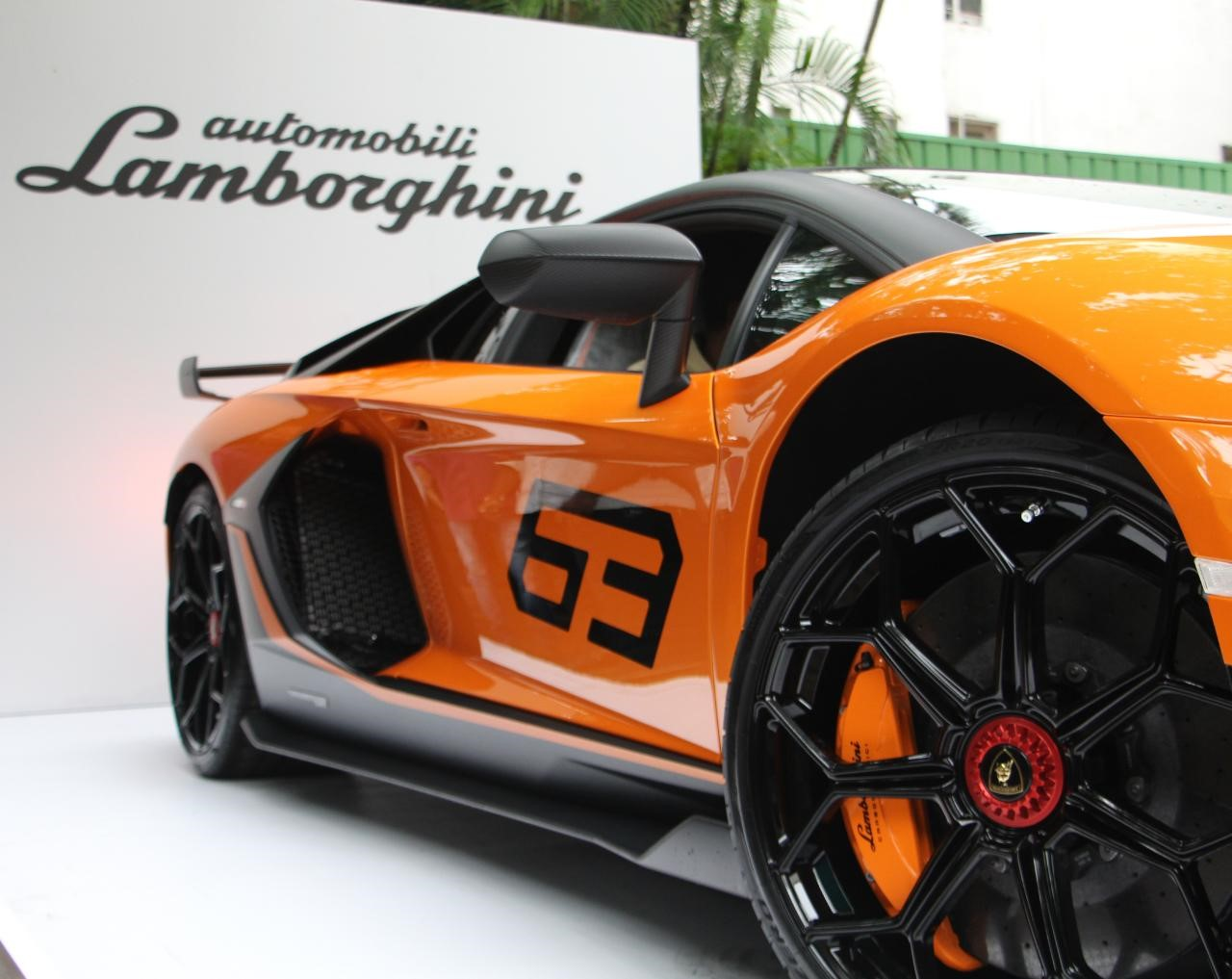 Driving modes include the Strada, Sport, and Corsa, along with a customizable EGO option that helps the driver adjust parameters as per his choice. The interior features a TFT digital dashboard display with Kombi graphics. This shows the live status of the car's Aerodinamica Lamborghini Attiva 2.0 (ALA) functions. (Image source: Lamborghini India)