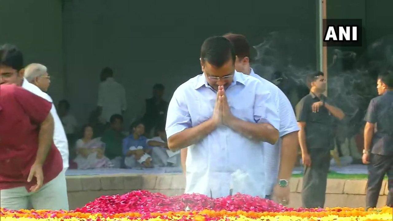 Delhi Chief Minister Arvind Kejriwal pays tributes to Mahatma Gandhi at Rajghat, New Delhi (Image: ANI)